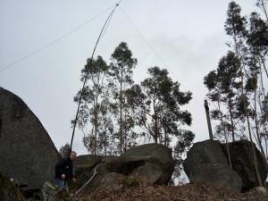 Antena no sítio, estação quase pronta.