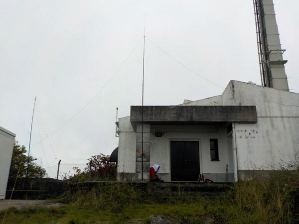 """Radioamador abrigado da chuva e do vento, """"protegido"""" dos mosquitos"""